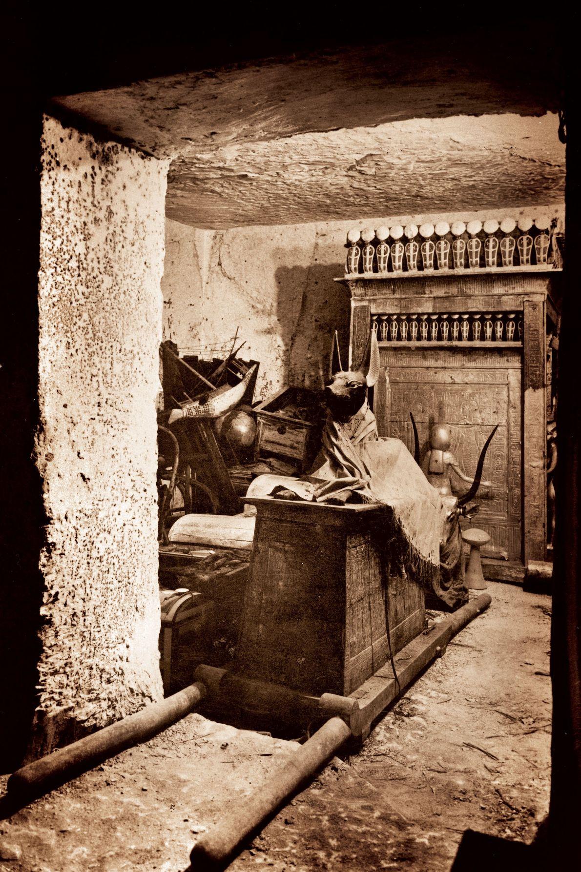 À l'est de la Chambre funéraire, Carnarvon et Carter découvrirent une pièce plus petite, la salle ...