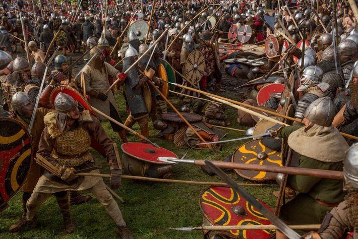 Maniant épées et lances, les recréateurs des combats vikings et slaves s'élancent dans la bataille au ...