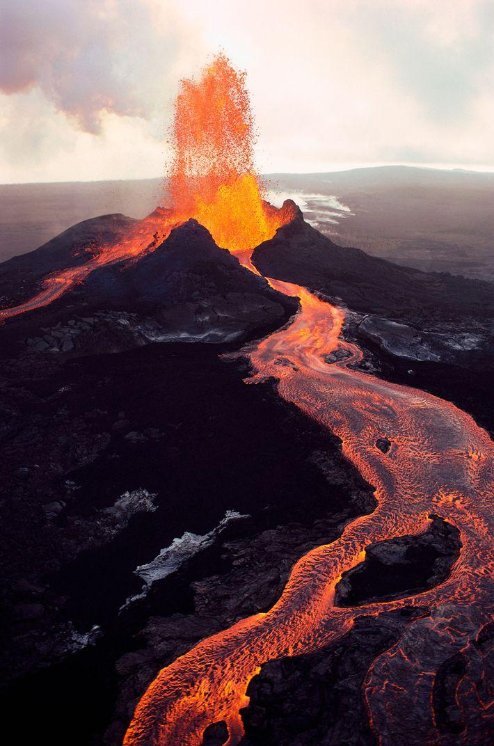 Pu'u 'Ō'ō, une des grottes volcaniques de Kilauea, crache de la lave en fusion sur la ...