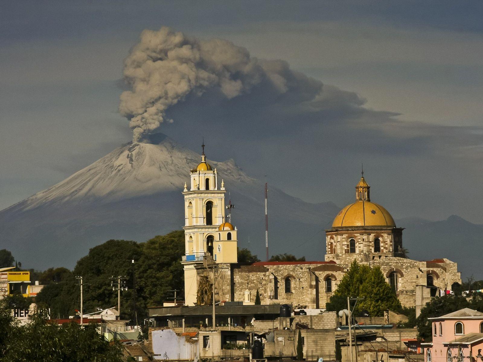 Des cendres jaillissent du Popocatépetl au Mexique en juillet 2013. Ce volcan fait partie de la ...