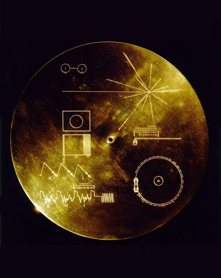 Ce couvercle a été conçu pour protéger des bombardements de micrométéroites le disque Voyager Golden Records ...