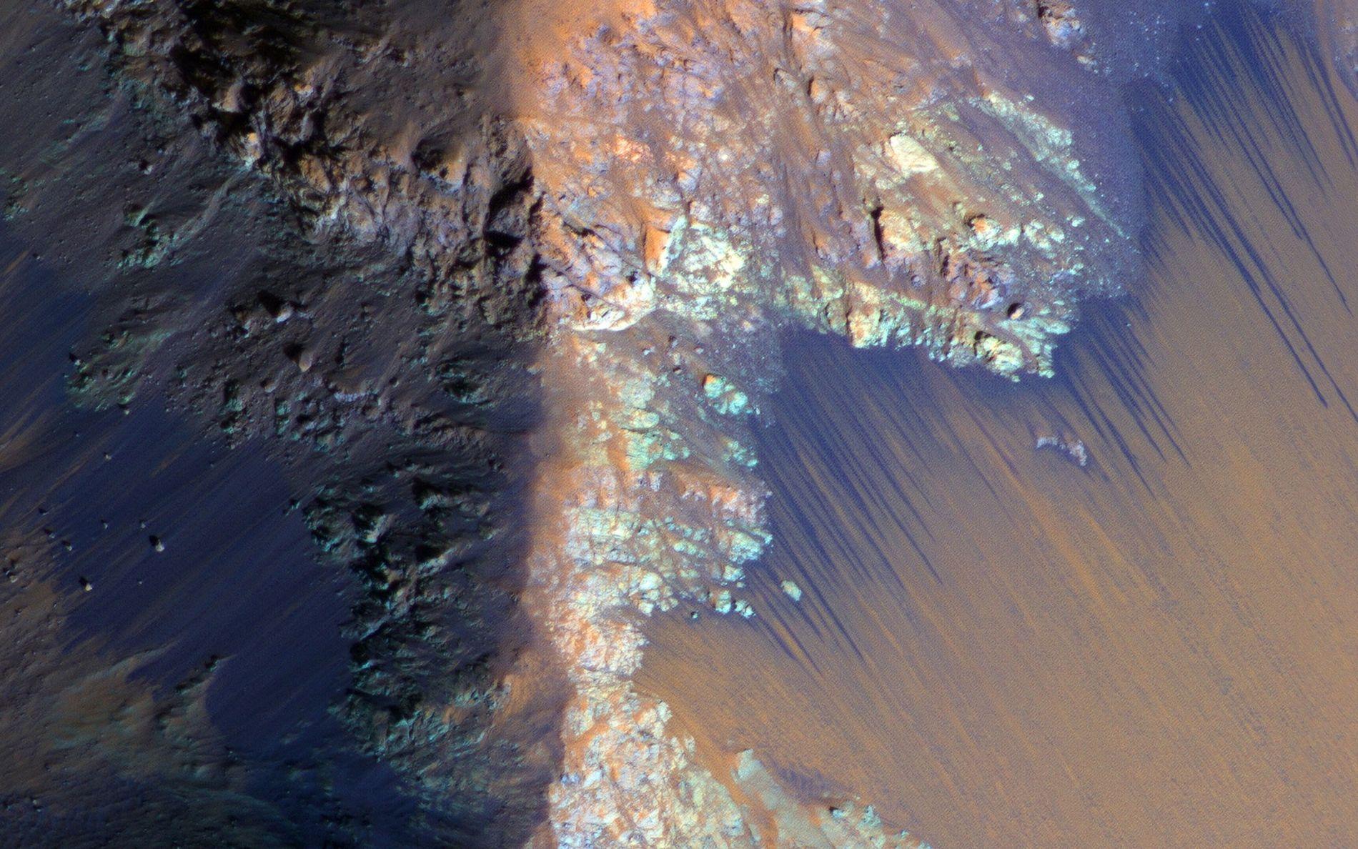 Les falaises de Coprates Chasma sur Mars