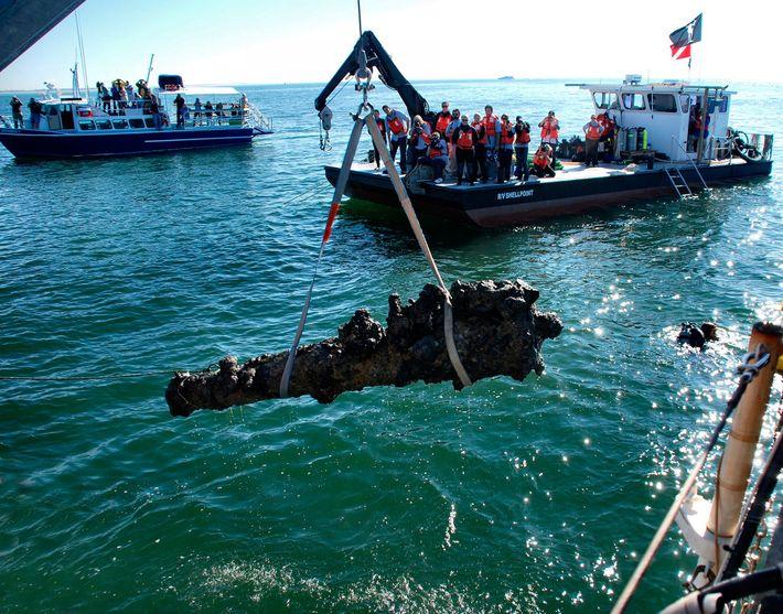 La découverte du navire du célèbre pirate Barbe Noire, le Queen Anne's Revenge, au large des ...
