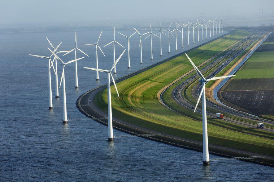 Bordée d'éolienne, cette digue protège les terres agricoles situées presque entièrement sous le niveau de la ...