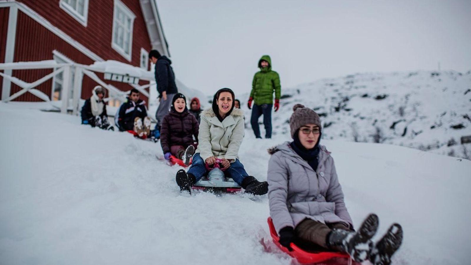 De nombreux réfugiés à Riksgränsen n'avaient jamais vu la neige. La station a acheté des luges ...