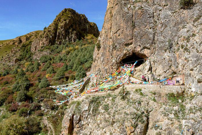 En 1980, un moine des environs a découvert la mâchoire aux proportions inhabituelles dans la grotte ...