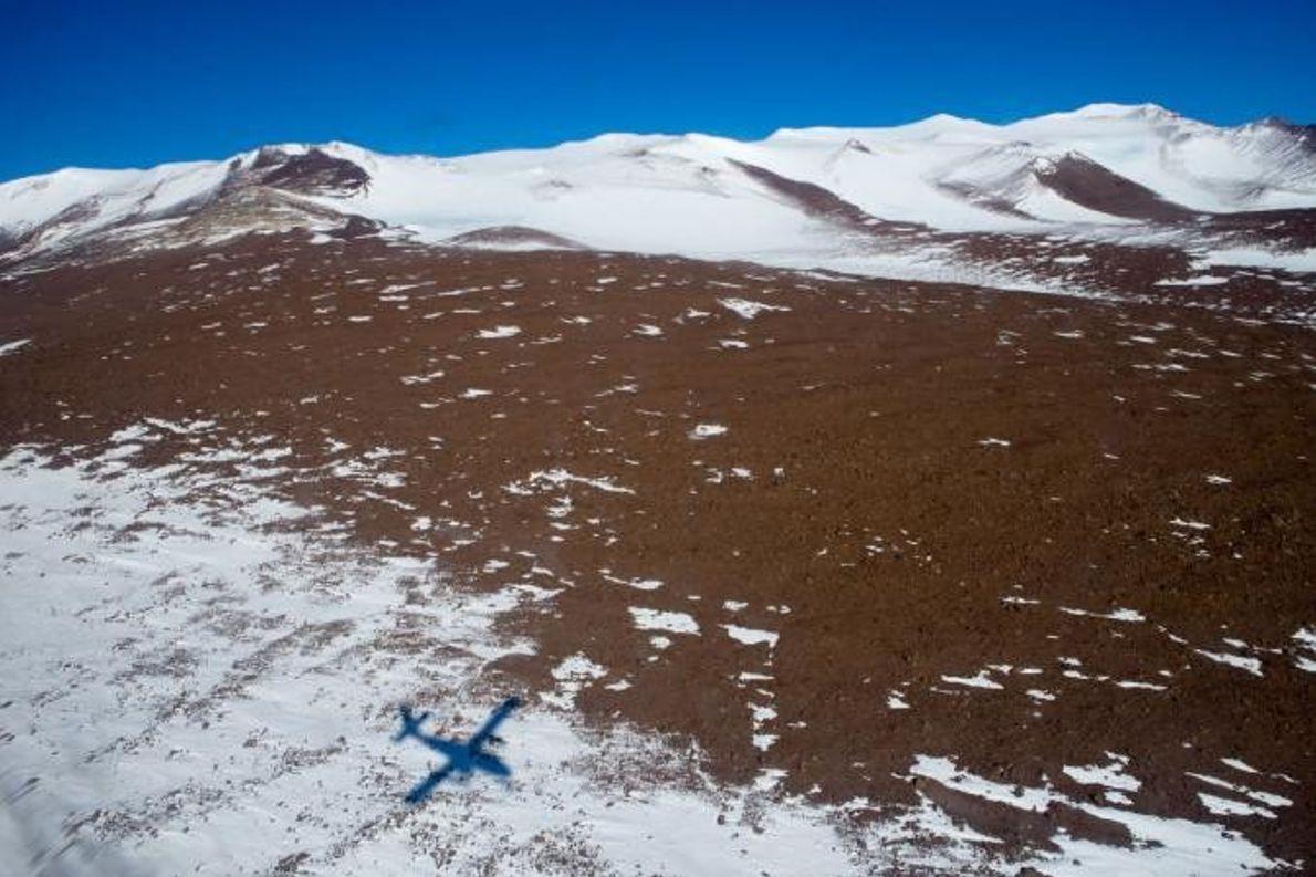 L'ombre d'un planeur plane au-dessus de Graphite Peak. En raison de l'abondance des fossiles végétaux et ...