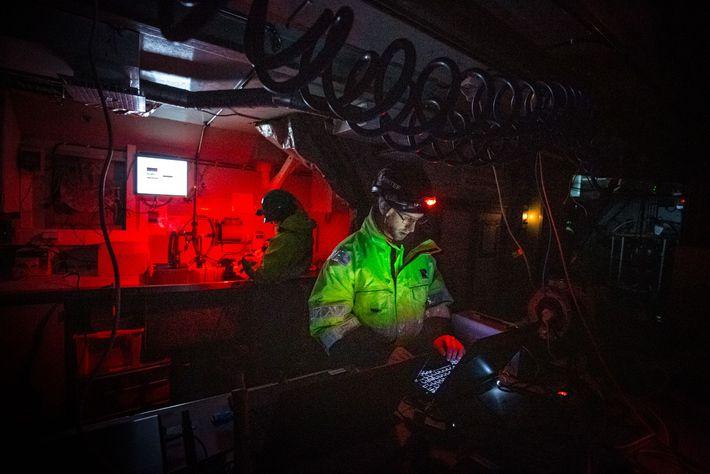 Emlyn Davies regarde les données s'afficher sur plusieurs ordinateurs portables à bord du navire Helmer Hanssen. ...