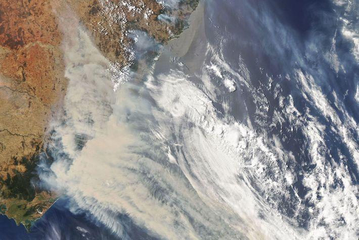 Cette image satellite de la NASA montre les volutes de fumée et les nuages qui émanent ...