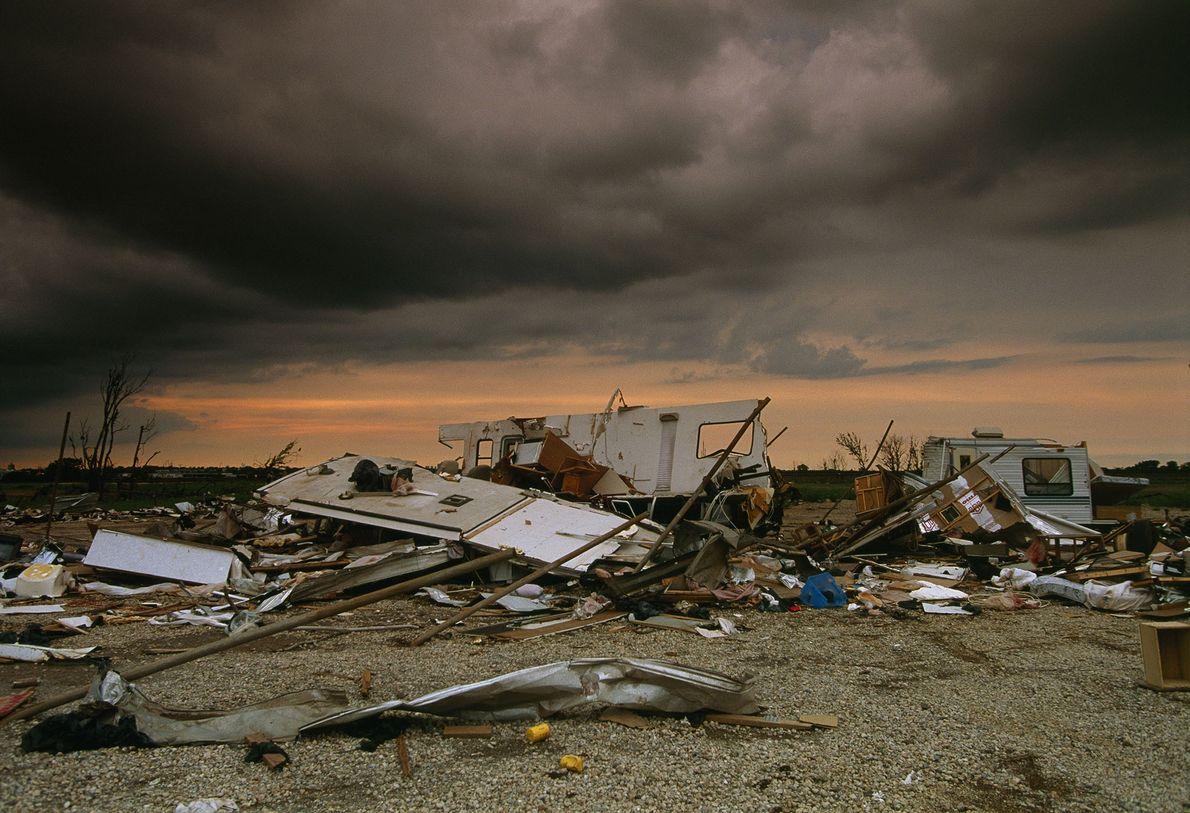 Un mobile home complètement détruit après le passage d'une tornade. La vitesse à l'intérieur d'une tornade ...