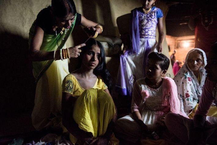 Les proches de Muskaan l'aident à se préparer pour le mariage. Son futur mari, Raju, dont ...
