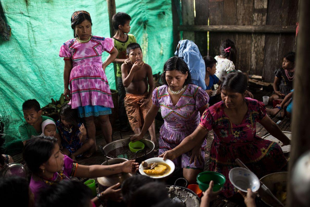 Les femmes les plus âgées préparent les repas pour toute la communauté. Bien que certains villageois ...