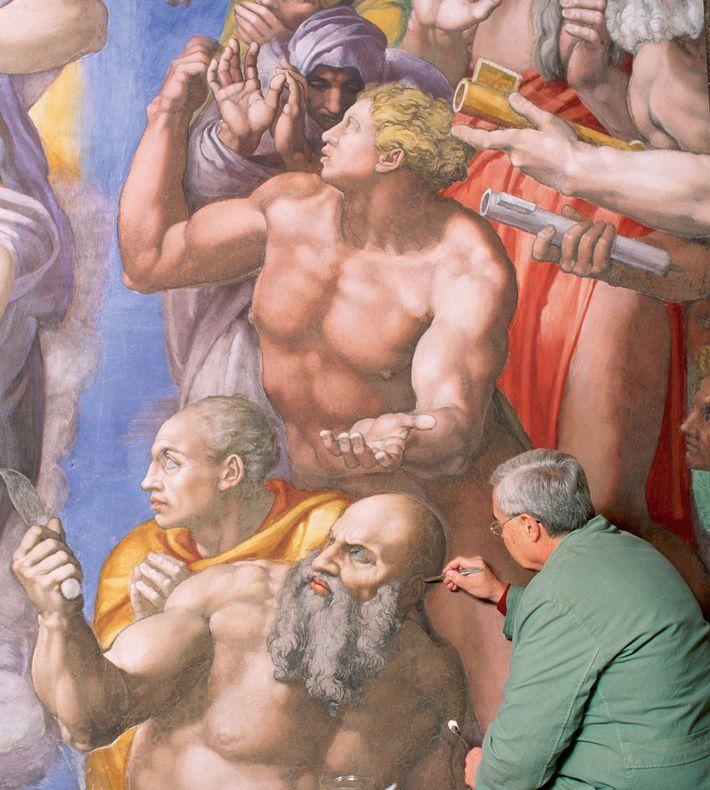 """Gianluigi Colalucci travaille sur la figure de Saint-Barthélemy lors de la restauration du """"Jugement dernier"""" dans ..."""