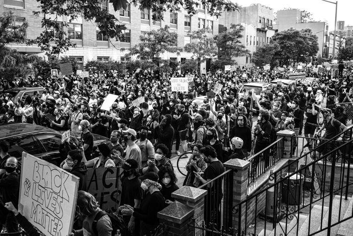 Des citoyens manifestent contre les violences policières lors d'une manifestation Black Lives Matter à Brooklyn, New York.