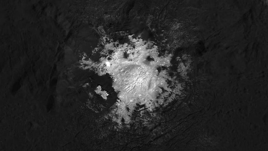 Depuis une faible altitude d'environ 34 km, Dawn a pris de nombreux clichés de Cerealia Facula, ...