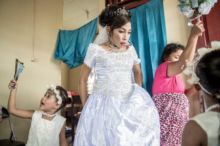 Cette enseignante Asmat nommée Maria Fransiska (Chika) Danuk et âgée de 23 ans se prépare pour ...