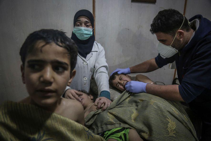 Des enfants reçoivent les premiers soins après une probable attaque à l'arme chimique. « L'odeur de ...