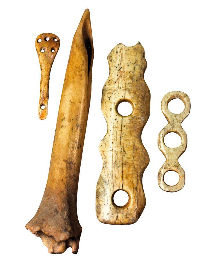 Outils en os utilisés pour la couture et le tissage découverts sur le site de Çatal ...