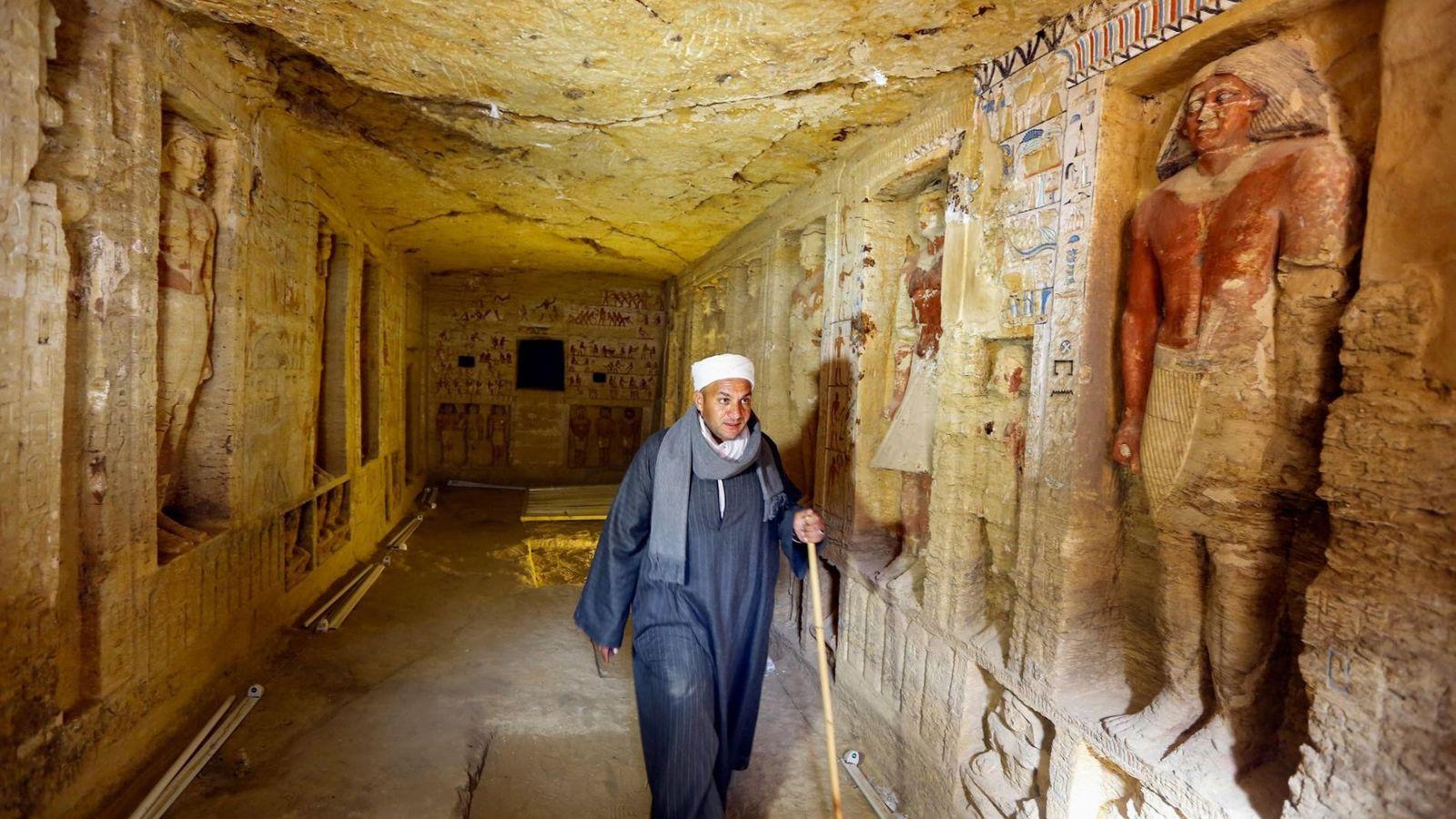 Une équipe d'archéologues égyptiens, dont Mustafa Abdo, responsable du personnel, a découvert le tombeau d'un prêtre ...