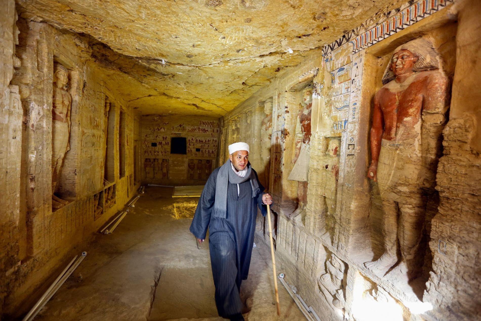 Une équipe d'archéologues égyptiens, dont Mustafa Abdo, responsable du personnel, a découvert le tombeau d'un prêtre richement décoré.