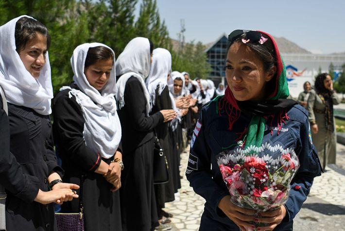 Le 12 juillet dernier, à Kaboul, en Afghanistan, Shaesta Waiz est accueillie par des étudiantes au ...