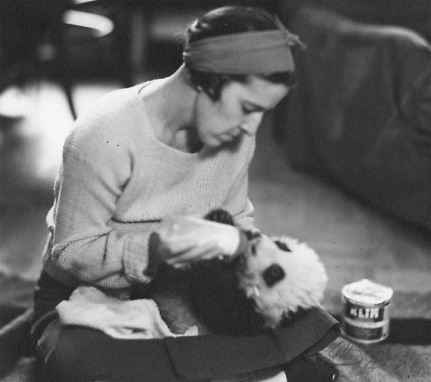 Sur ce cliché de 1936, Ruth Harkness, personnalité mondaine américaine et créatrice de mode, tient tendrement ...