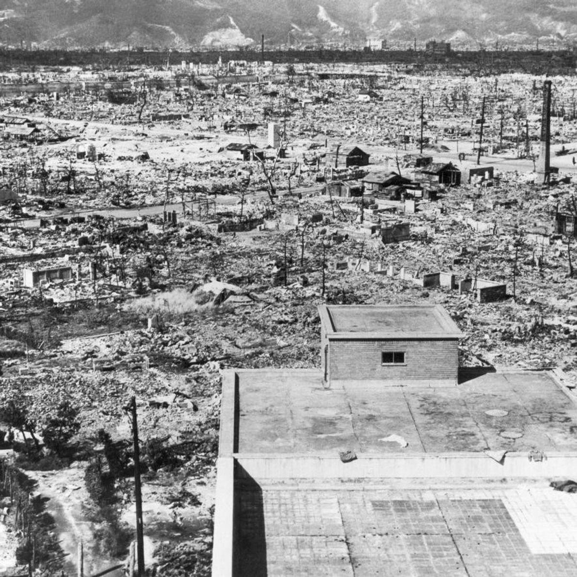 HIROSHIMA - Un hôpital de la Croix Rouge surplombe la ville détruite. Près de 70 % ...