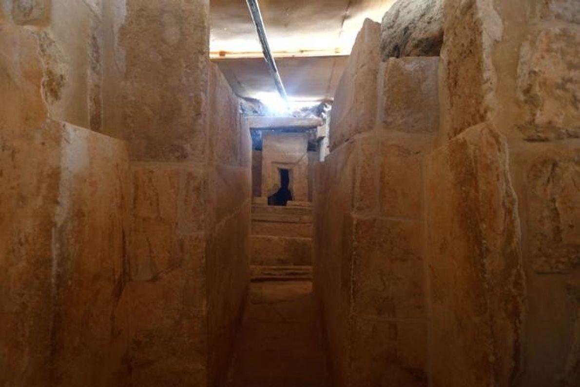 Le tombeau construit sous l'Ancien Empire égyptien a une entrée menant à un temple en forme ...
