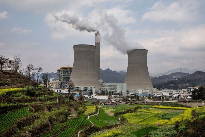 Ces centrales électriques au charbon dans la province de Guizhou est une des plus récentes centrales ...