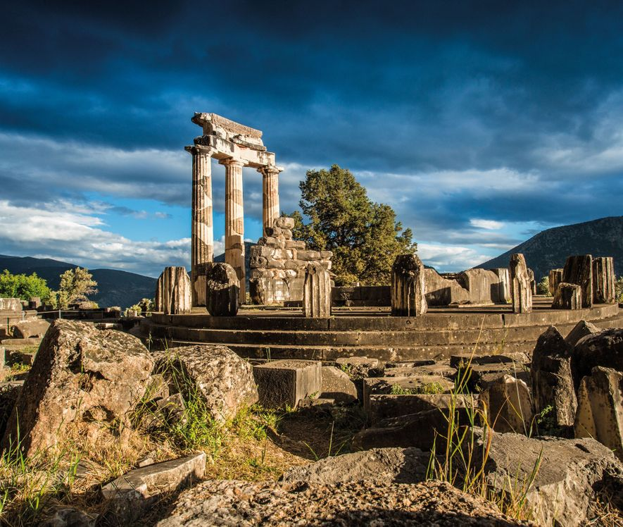Ce tholos, ou temple circulaire, est situé sur la terrasse Marmaria à Delphes, à environ 800 ...