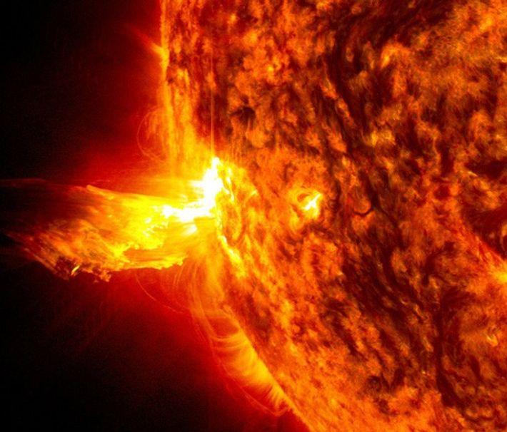 Sur cette photo, on peut observer une éruption solaire, où des particules à haute énergie sont ...