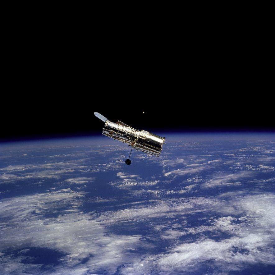 En février 1997, les astronautes à bord de la navette spatiale Discovery ont pris cette photographie du télescope spatial Hubble après une mission d'entretien visant à équiper le télescope de nouveaux appareils plus performants.
