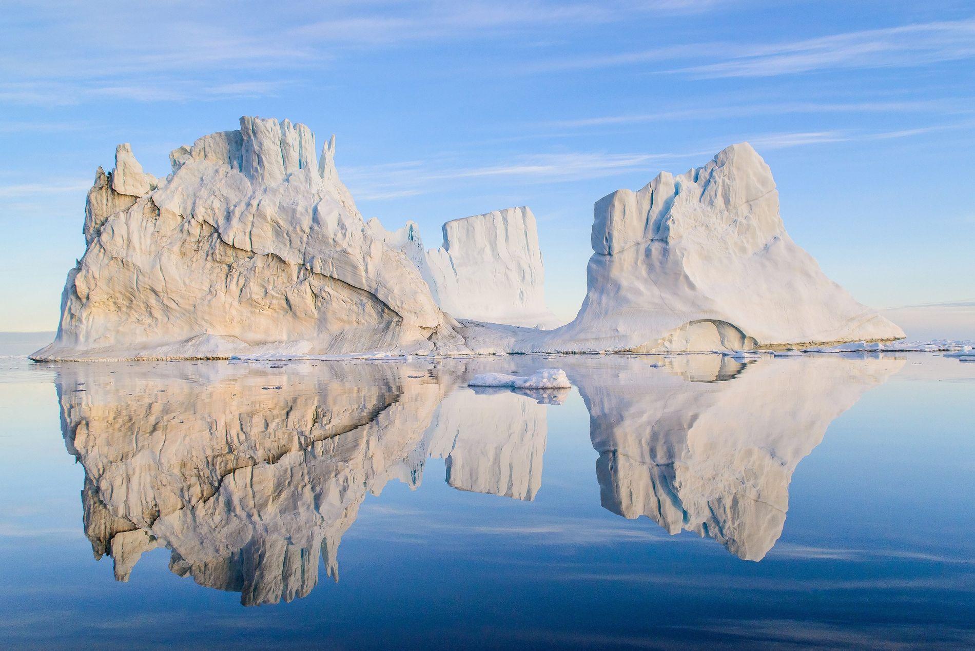 Les visiteurs doivent maintenir une distance de sécurité (trois fois la hauteur de la glace au ...