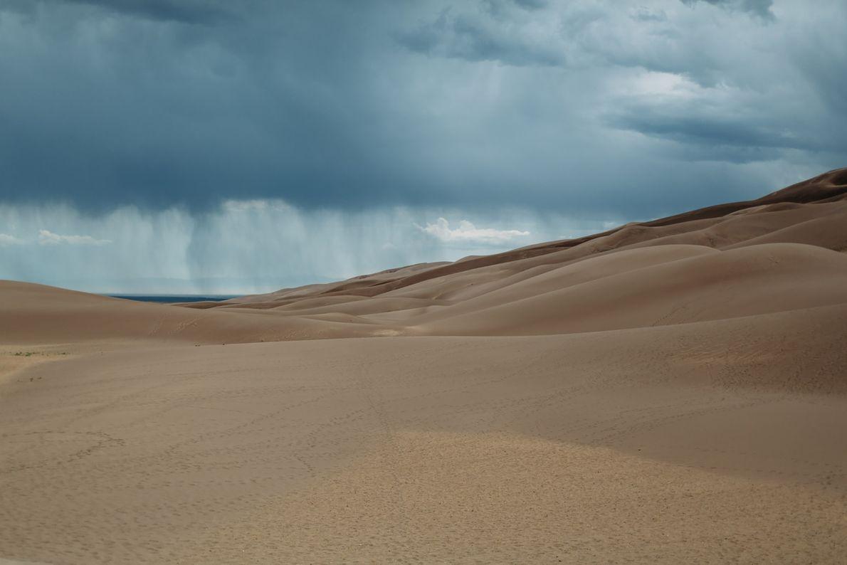 Un orage éclate un après-midi dans le ciel du parc national de Great Sand Dunes, dans …
