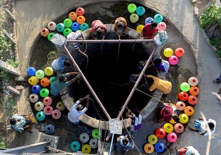 Sur cette photo prise le 20 juin 2019, les habitants de Chennai puisent l'eau d'un puits ...