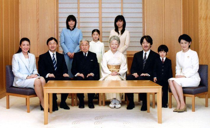 Dans ce portrait officiel, l'empereur du Japon, Akihito, apparaît au centre, et l'impératrice Michiko, à sa ...