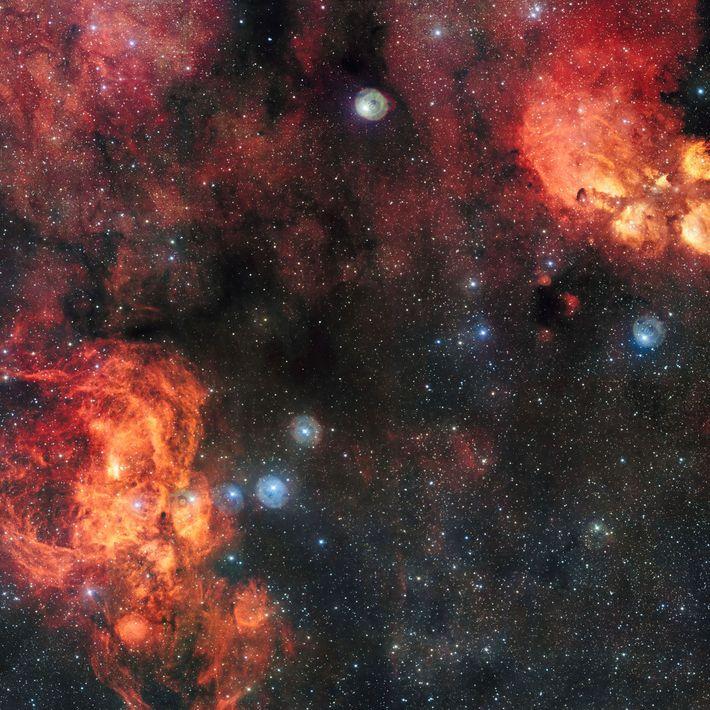 La nébuleuse du Homard (en bas à gauche) abrite Pismis 24, un amas ouvert d'étoiles bleues ...