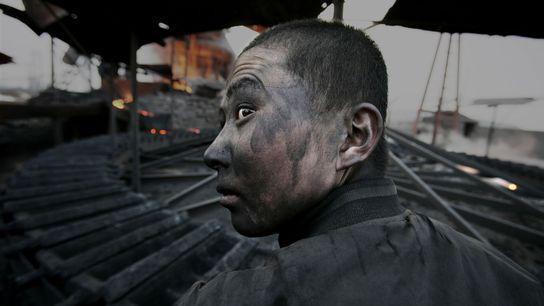 Un ouvrier en Mongolie intérieure. Selon Lu, il est courant que les travailleurs des usines tombent ...