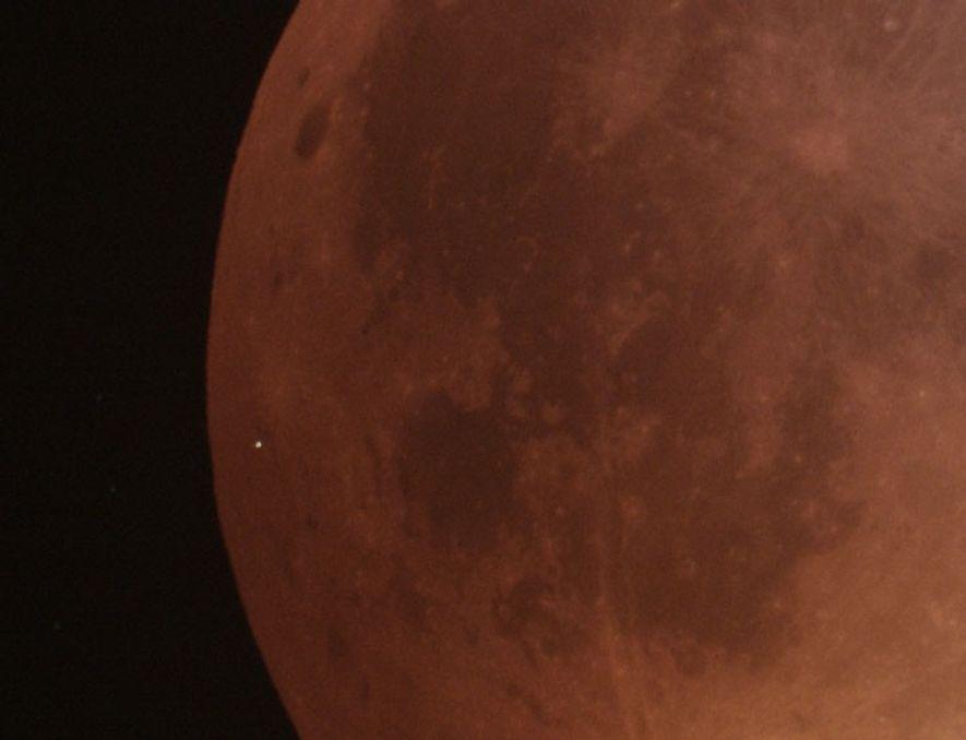 """Un gros plan de la face assombrie de la """"lune de sang"""" montre le flash provoqué ..."""