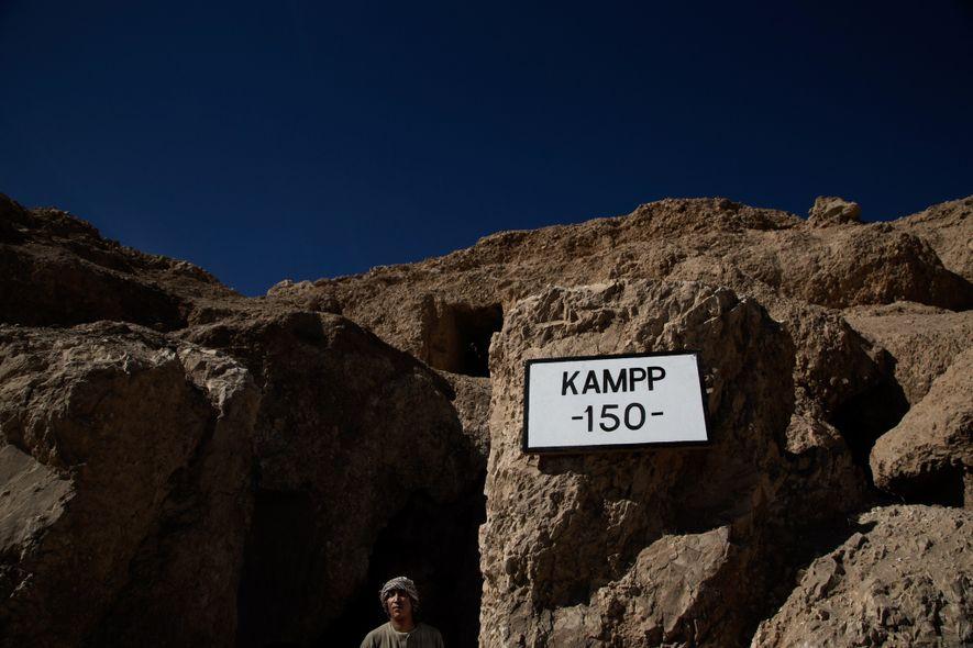 Un garde égyptien surveille l'entrée du tombeau de 3 500 ans où une momie a récemment été découverte.