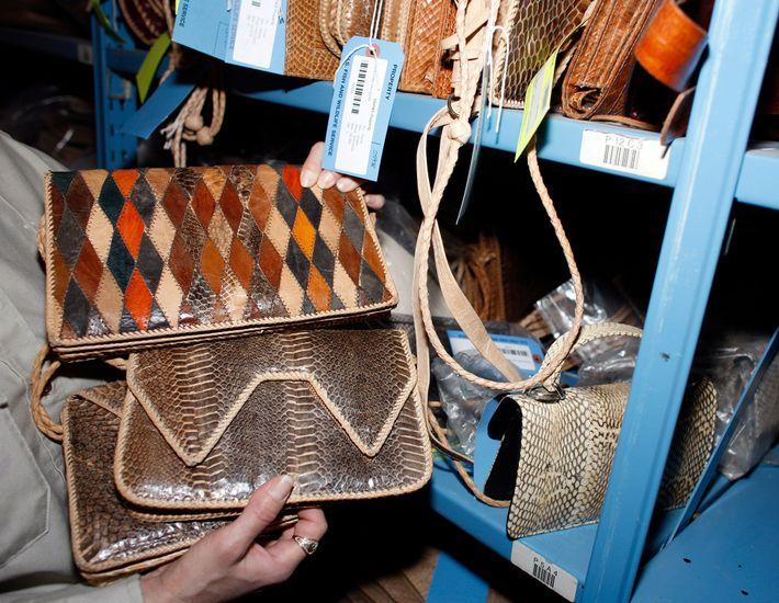 Ce sac à main en peau de cobra a été saisi par les autorités avant d'être ...