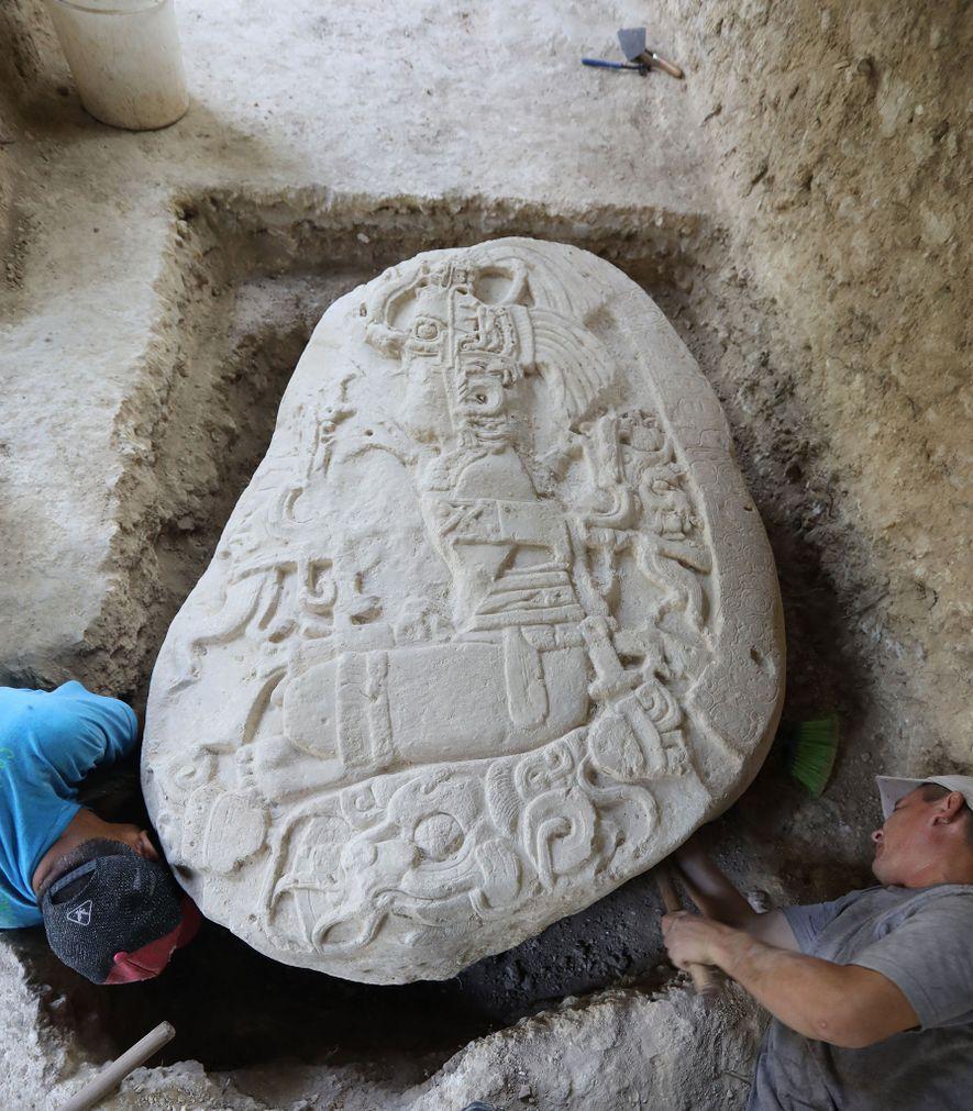 Près de 1500 ans, un rare autel rituel découvert à La Corona représente un souverain qui ...