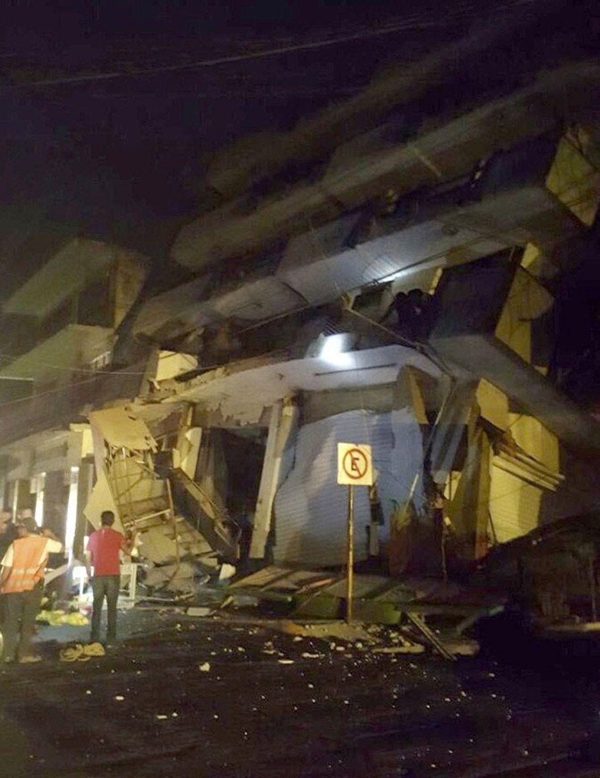 Cette photo publiée par les forces de la défense civile montre un bâtiment effondré à Oaxaca, ...