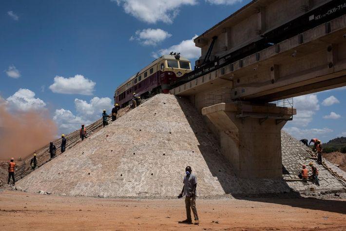 A Voi, les hommes travaillent sur la nouvelle ligne ferroviaire à écartement standard qui s'étendra du ...