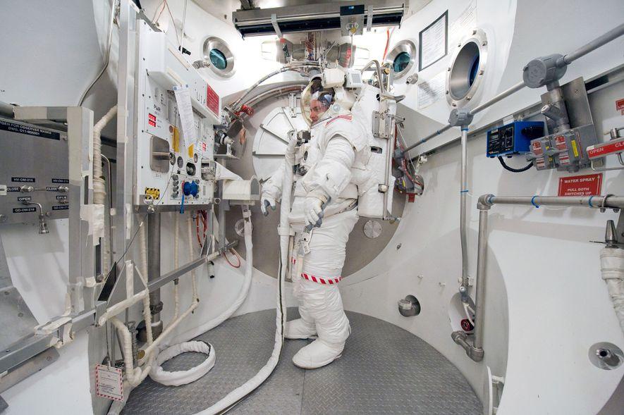 Scott Kelly se tient dans une Extravehicular Mobility Unit (EMU) lors d'un entraînement sur Terre en 2010.