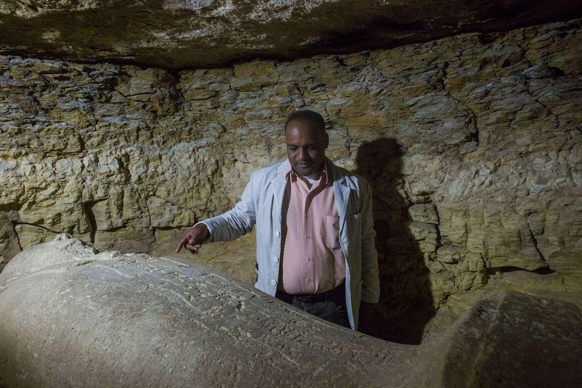 Un archéologue égyptien montre un sarcophage retrouvé dans la nécropole.
