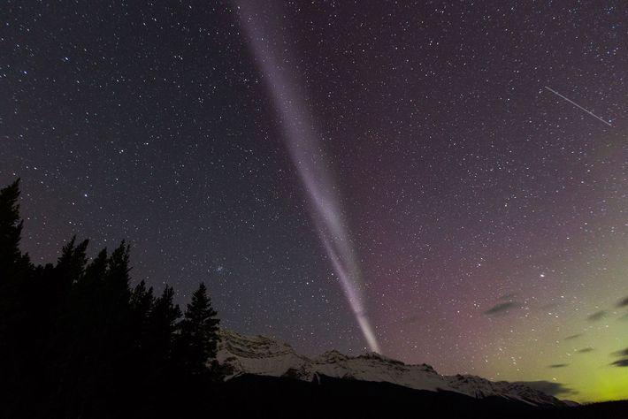 L'aurore Steve, visible au-dessus du lac Minnewanka dans l'Alberta.
