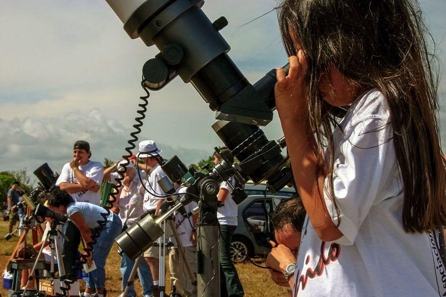 Des télescopes dotés de filtres spéciaux permettent aux spectateurs d'observer l'éclipse partielle en toute sécurité.