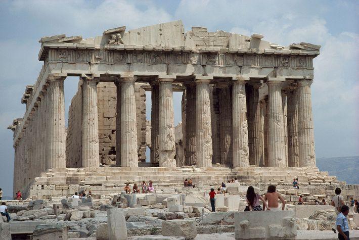 L'acropole, monumentale, se dresse au-dessus des touristes dans la ville d'Athènes.