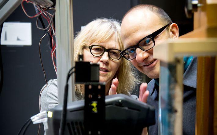 Sandra Webster-Cook (à gauche) et Kenneth Brummel, tous deux du Musée des beaux-arts de l'Ontario, examinent ...